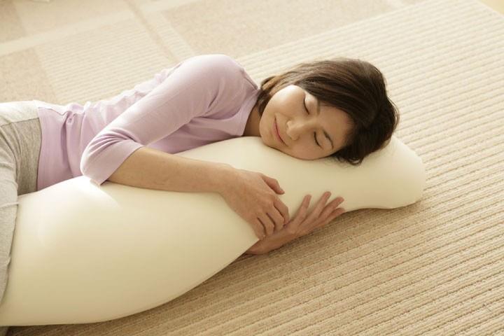 抱き枕でシムス位を作る